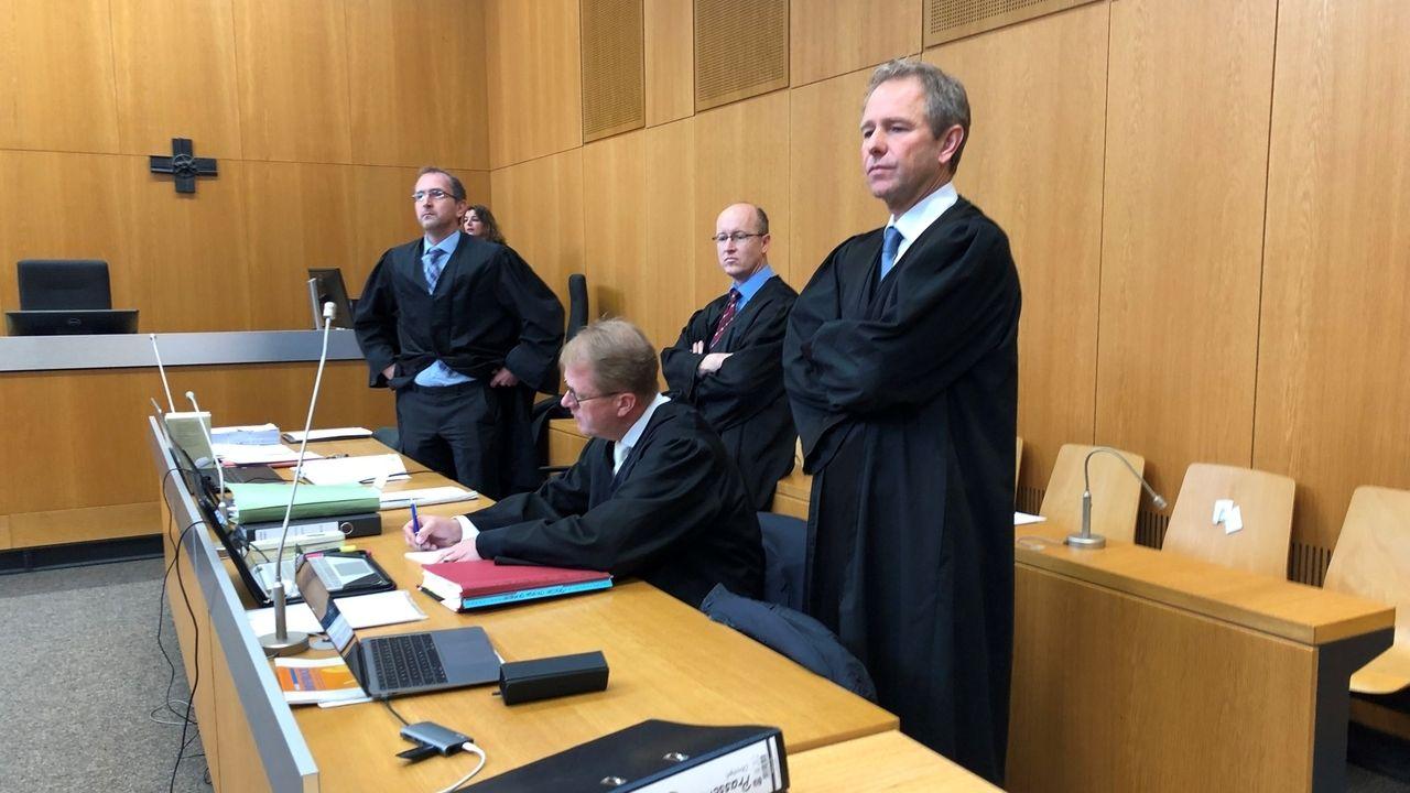 Vor dem Landgericht Landshut müssen sich ab heute drei Altenpfleger verantworten. Der Vorwurf: Mord durch Unterlassen.