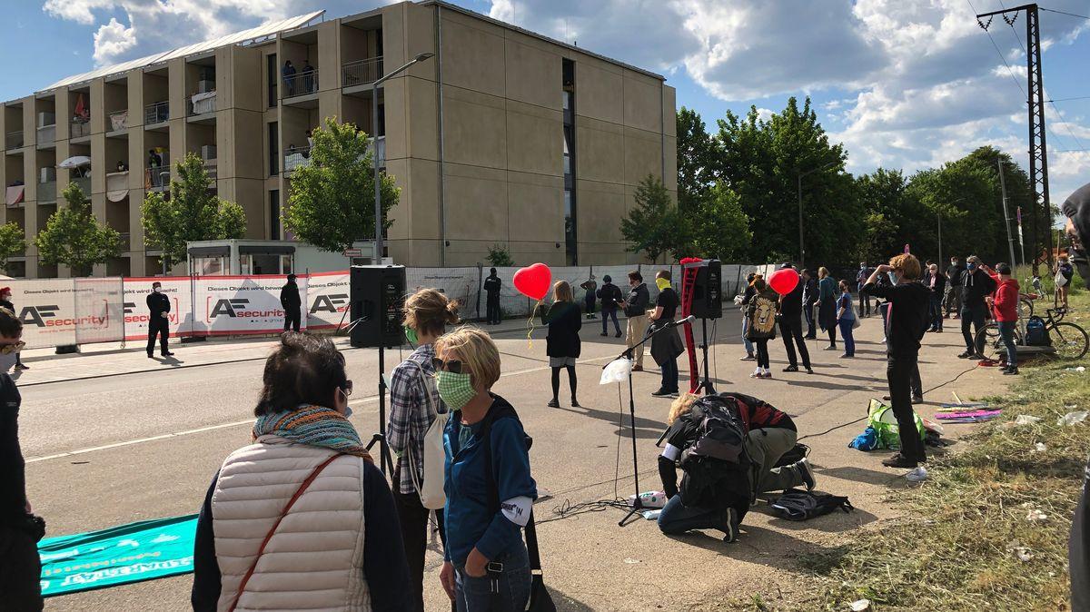 Demo für eine bessere Unterbringung von Flüchtlingen beim Regensburger Anker-Zentrum.