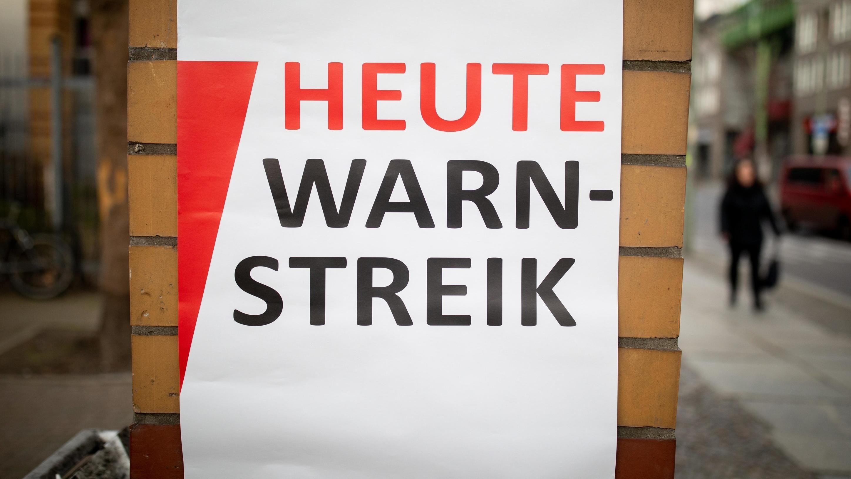 """Berlin: """"Heute Warnstreik"""" ist an einem Eingang zu einer Schule im Berliner Stadtteil Kreuzberg am Morgen zu lesen. Die Beschäftigen des Sozial- und Erziehungsdienstes sowie Angestellten an Schulen, Kitas, Hochschulen und Jugendämtern des Landes Berlin treten in einen Zweitägigen Warnstreik."""