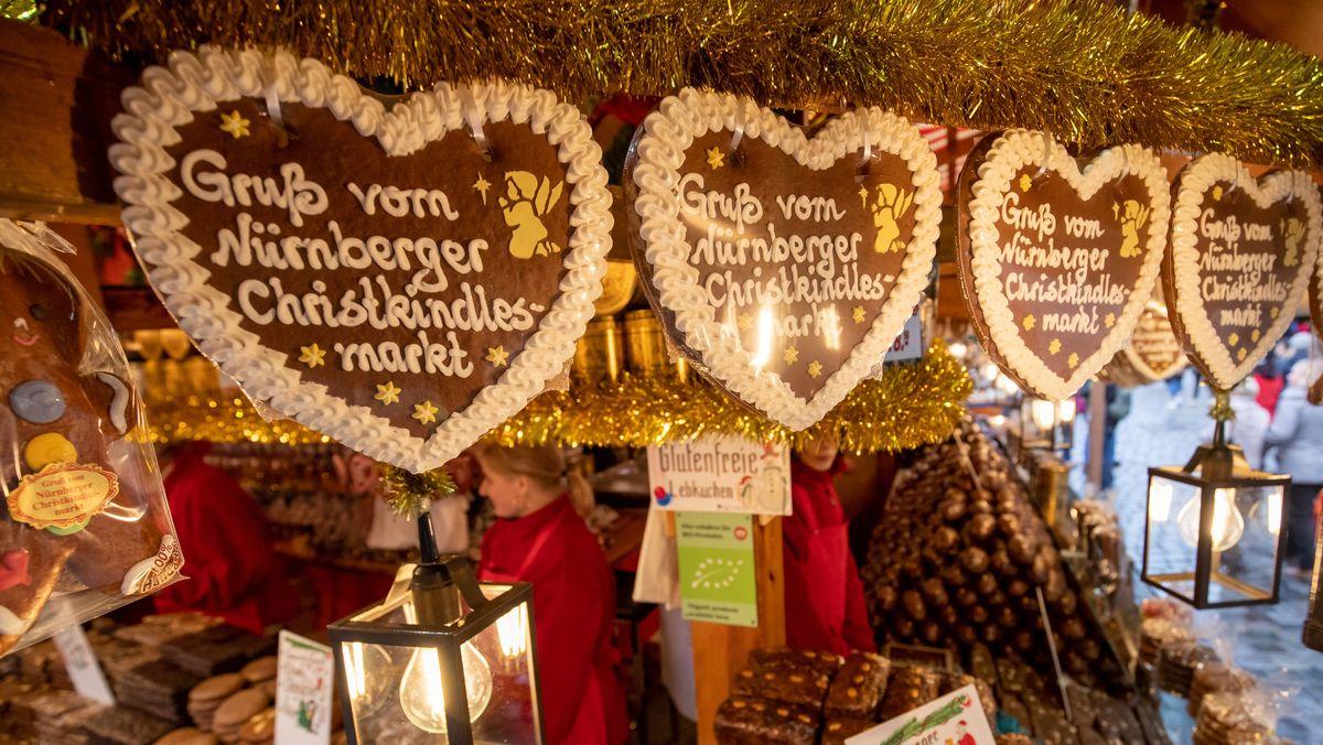 """""""Gruß vom Nürnberger Christkindlesmarkt"""" steht auf Lebkuchenherzen an einem Stand (Archiv)"""