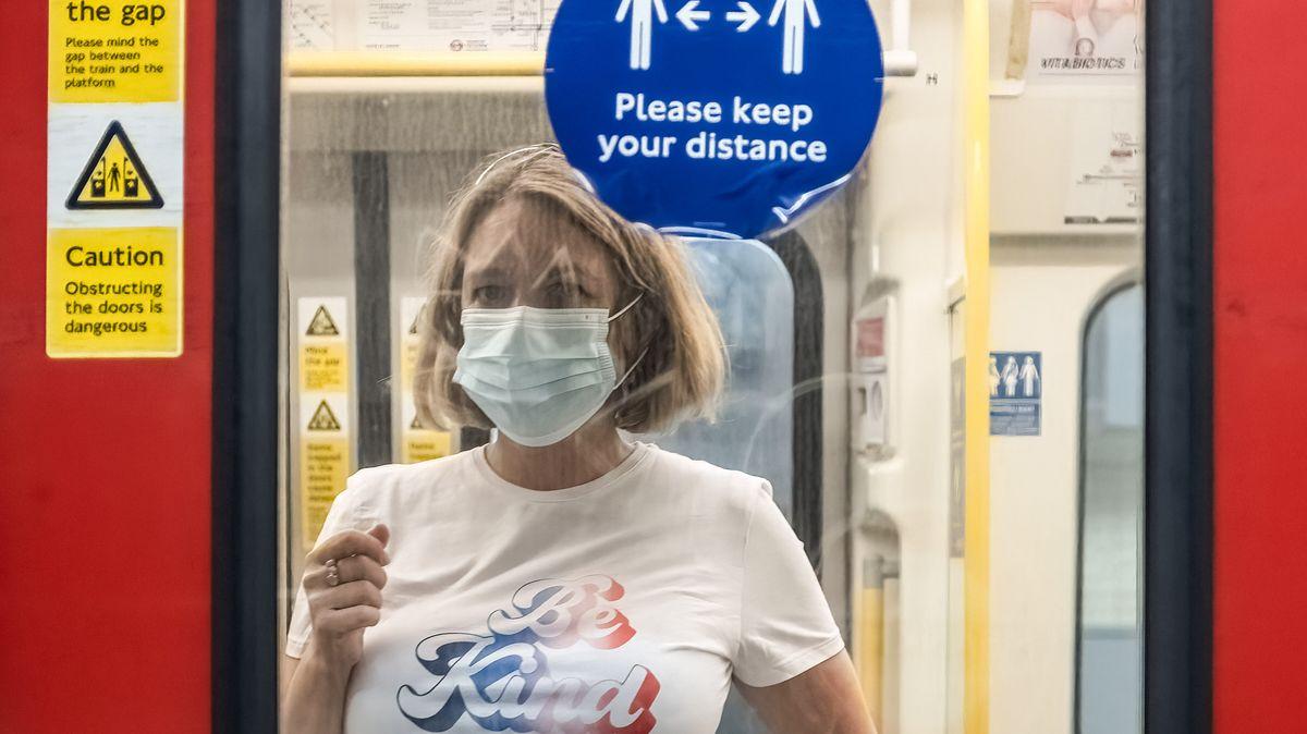 Eine Frau mit Mund-Nasen-Maske in einer U-Bahn in London am 16.07.2021.