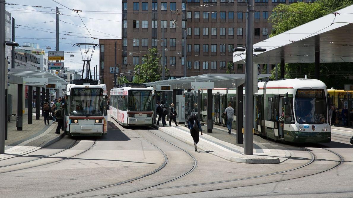 Der Augsburger Königsplatz mit Straßenbahnen