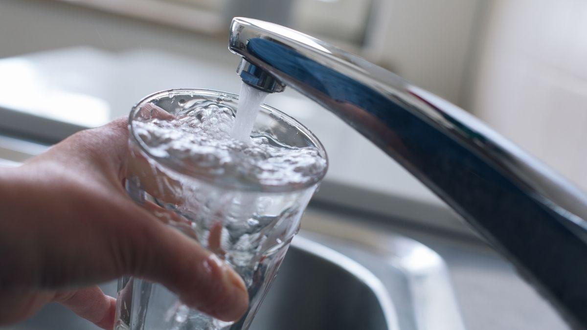 Symboldbild: Wasser fließt aus einem Hahn in eine Trinkglas