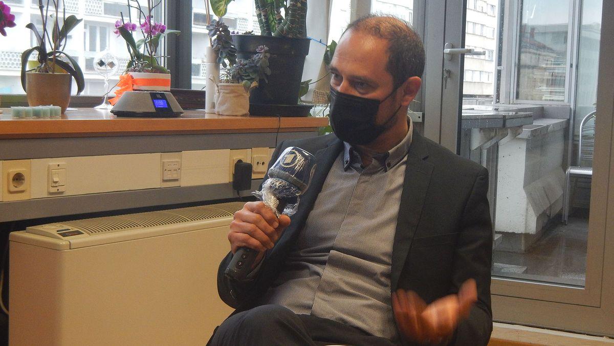 Mirko Stular sitzend beim Interview in seinem Büro.