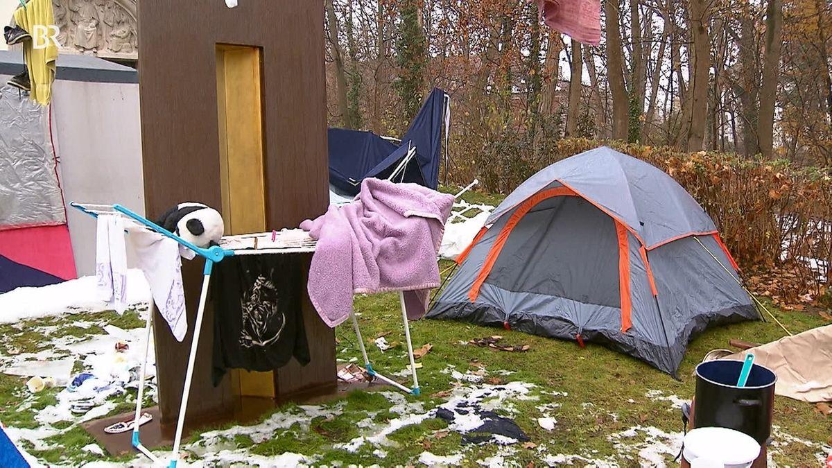 Zelt und ein Wäscheständer auf einer verschneiten Wiese