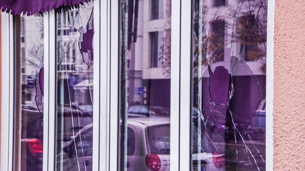 Die durch Steine zerstörte Fensterfront eines israelischen Restaurants