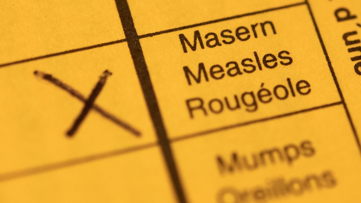 Ein Impfpass mit einem Kreuz bei der Masern-Impfung liegt auf einem Tisch.