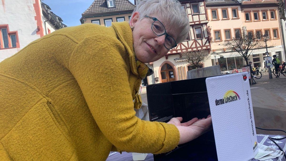 Bernadette Cosanne zeigt den Menschen am Karlstädter Marktplatz, wie man richtig Hände wäscht.