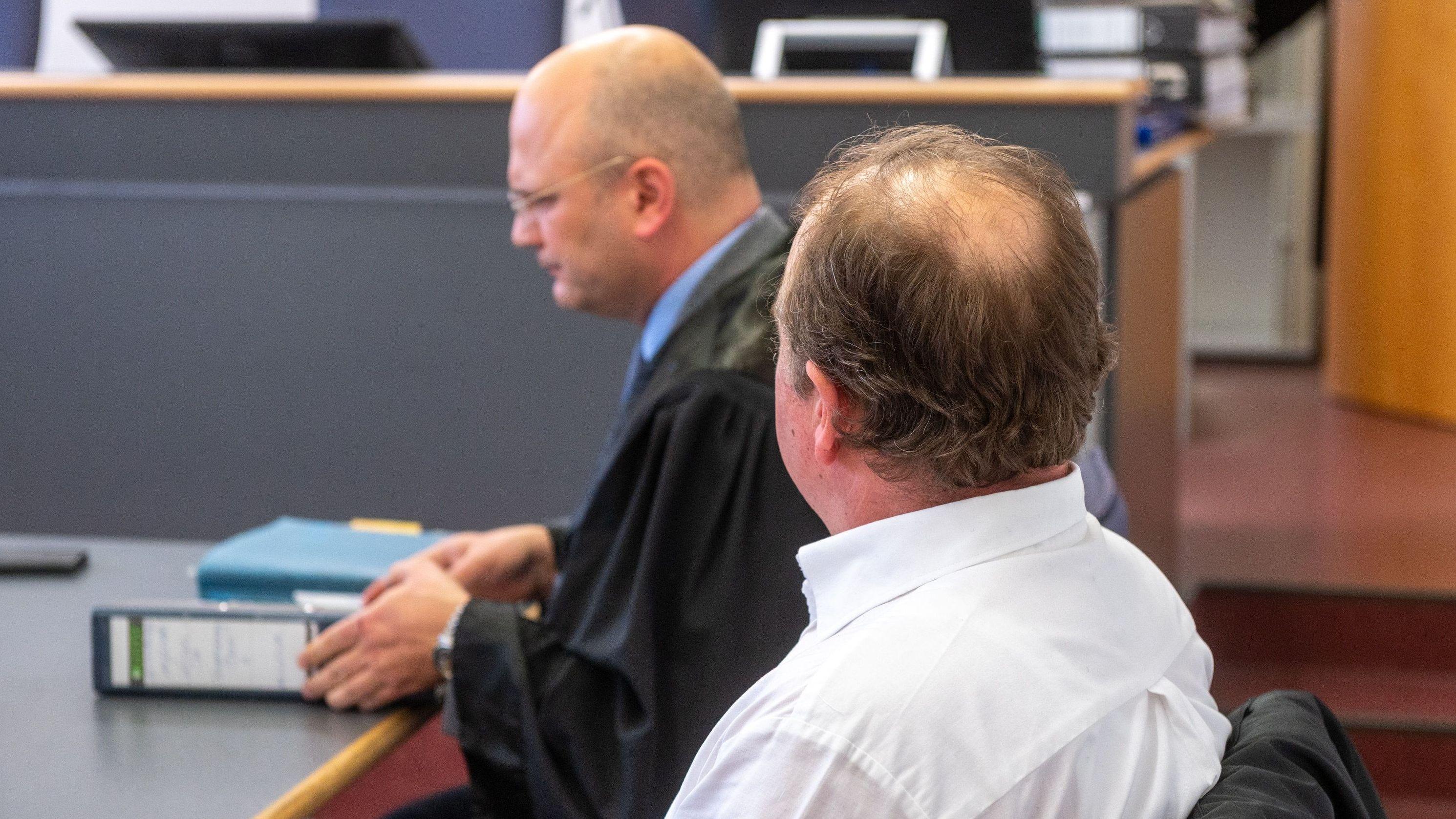 Keine Verurteilung wegen Luchstötung: Angeklagter mit Anwalt.
