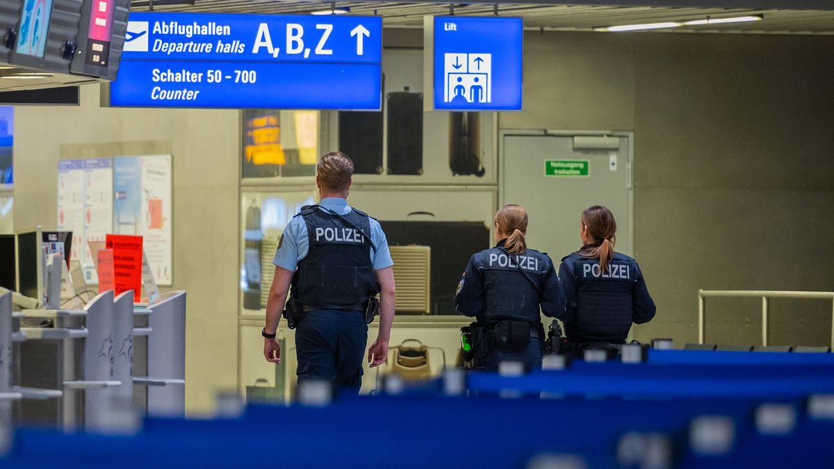 Polizisten im Terminal 1 des Frankfurter Flughafens