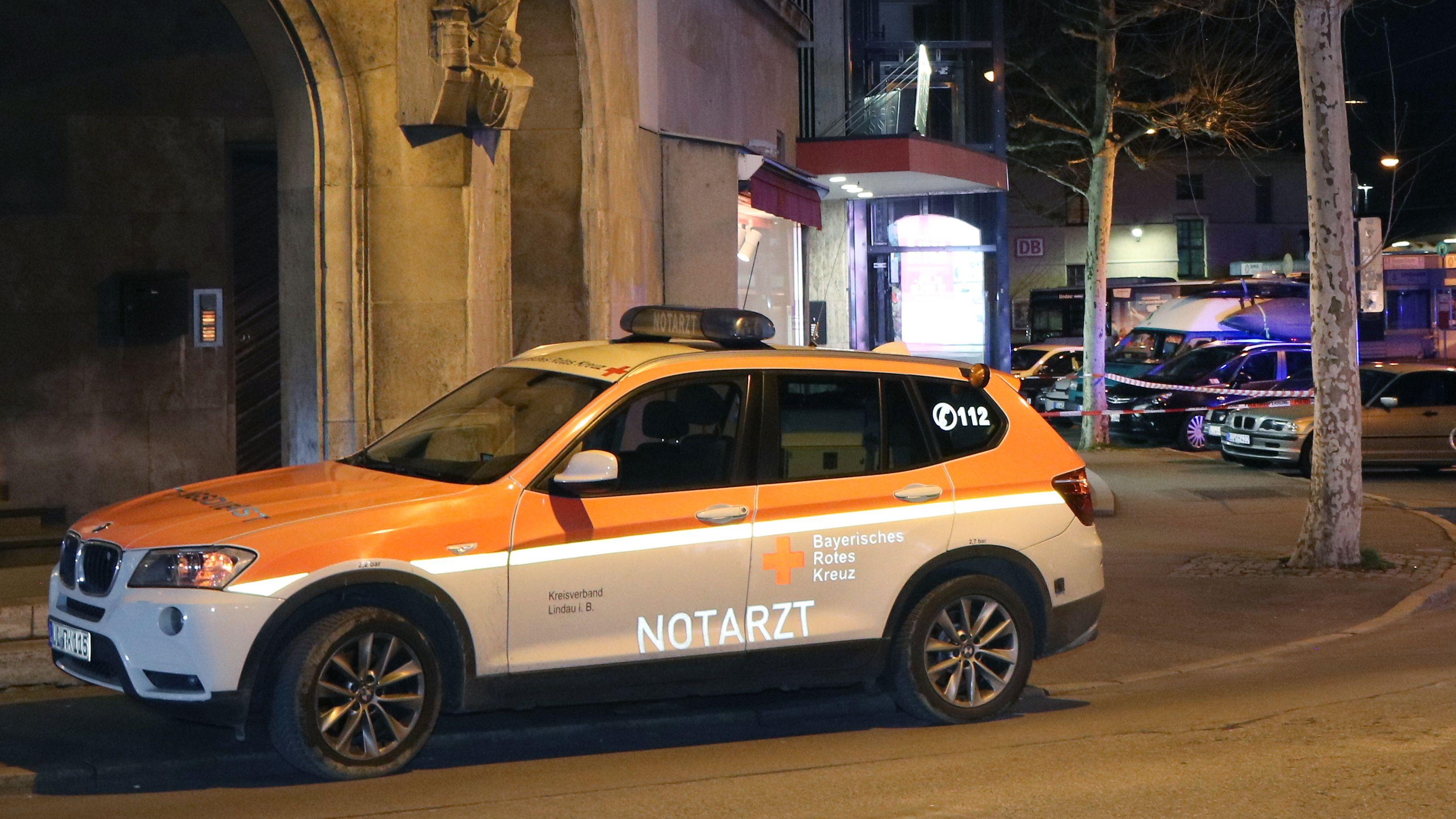 Einsatzfahrzeuge von Polizei und Rettungskräften vor einem Hotel in Lindau