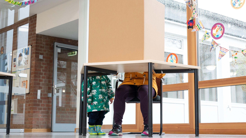 Eine Frau gibt in einem Wahllokal ihre Stimmen für die Bürgerschaftswahl in Hamburg ab.