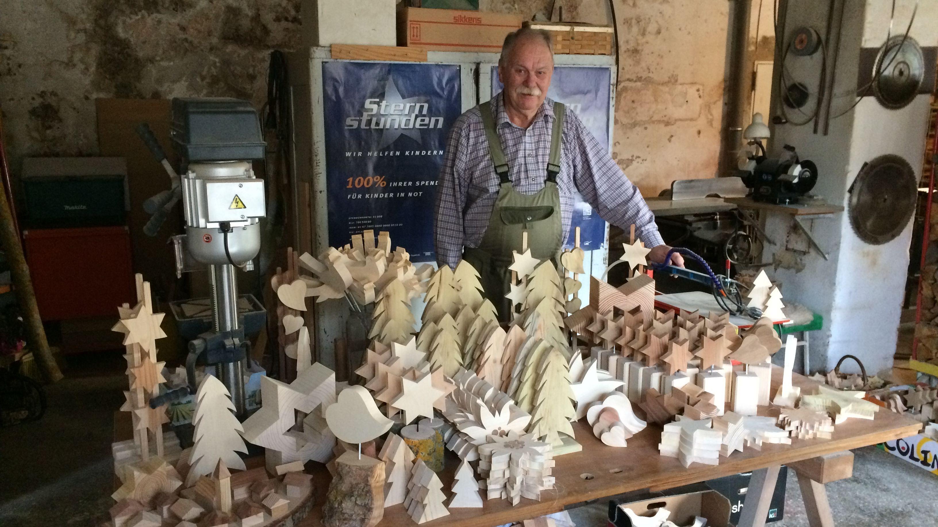 Hobby-Handwerker Richard Winderl in seiner Werkstatt. Vor ihm die Holzwerke, die er für den guten Zweck verkauft hat.