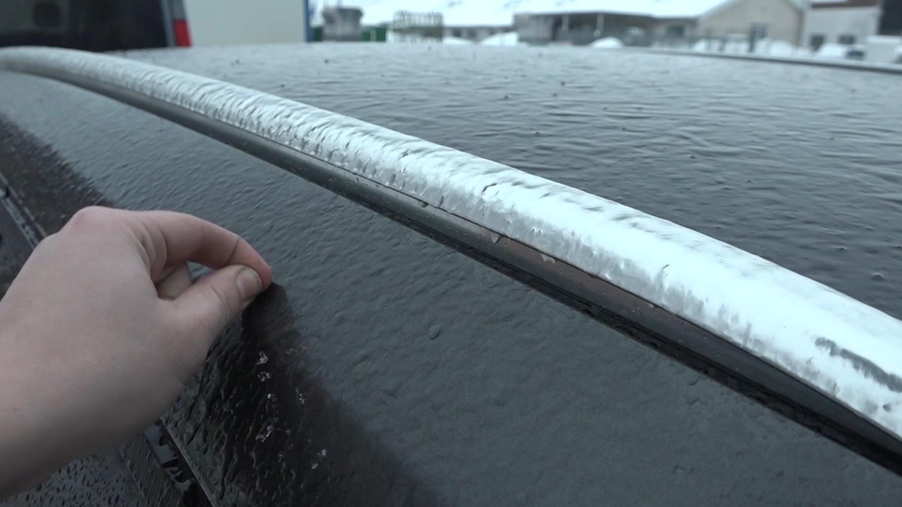 Eisschicht auf einem Auto