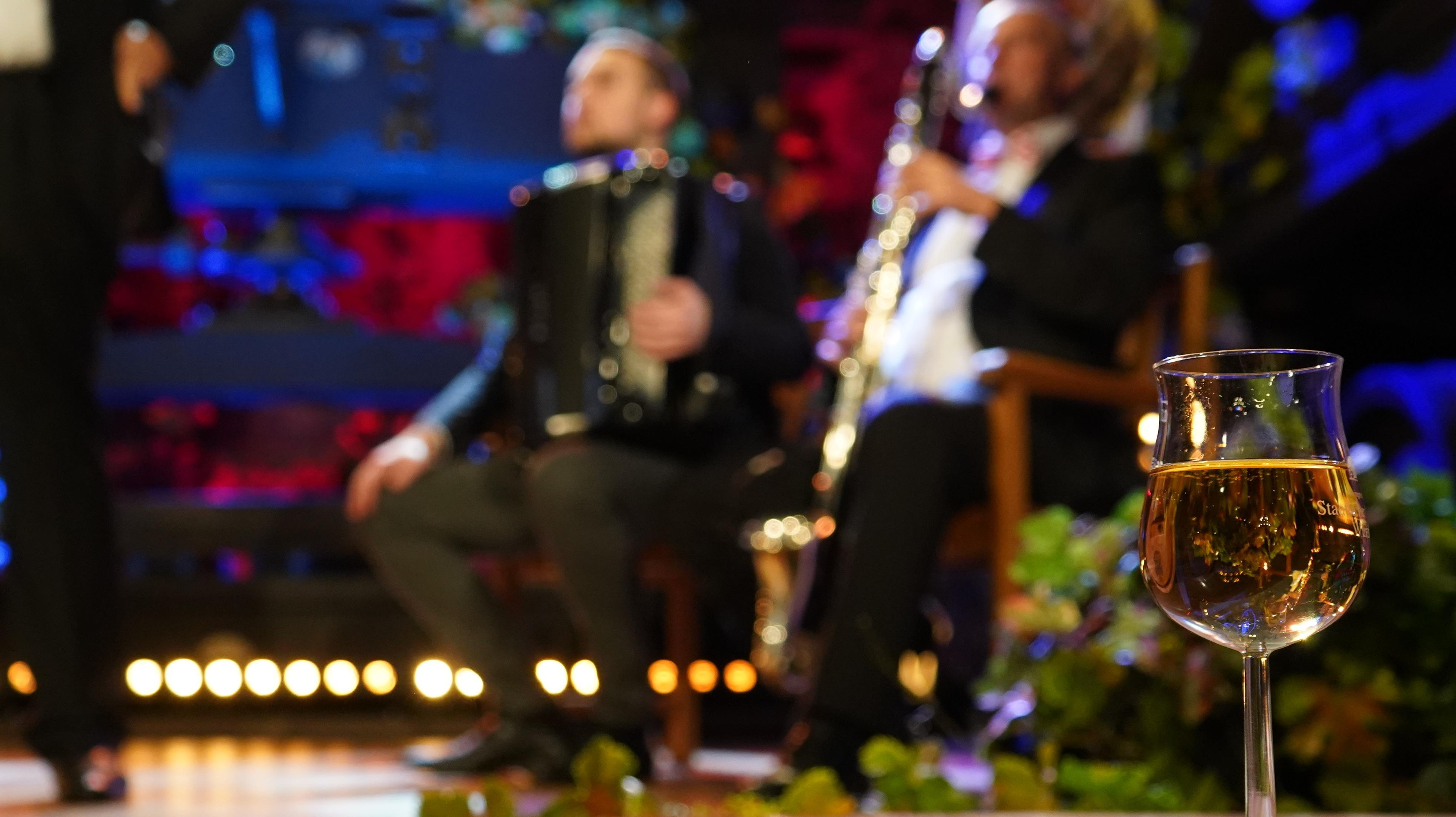 Ein Glas Frankenwein - im Hintergrund Musiker