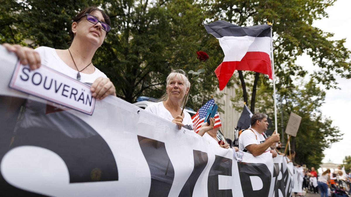 """Demonstranten verschiedener Gruppierungen wie etwa der Initiative """"Querdenken 711"""" protestierten mit einer Großdemonstration in Berlin gegen die bestehenden Maßnahmen zur Eindämmung der Corona-Pandemie. Rechts im Bild eine schwarz-weiß-rote """"Reichsflagge""""."""