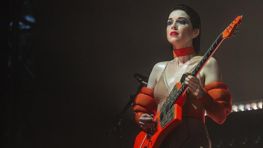 St. Vincent bei einem Auftritt in Austin City mit roter Gitarre auf der Bühne | Bild:picture alliance/AP/Invision