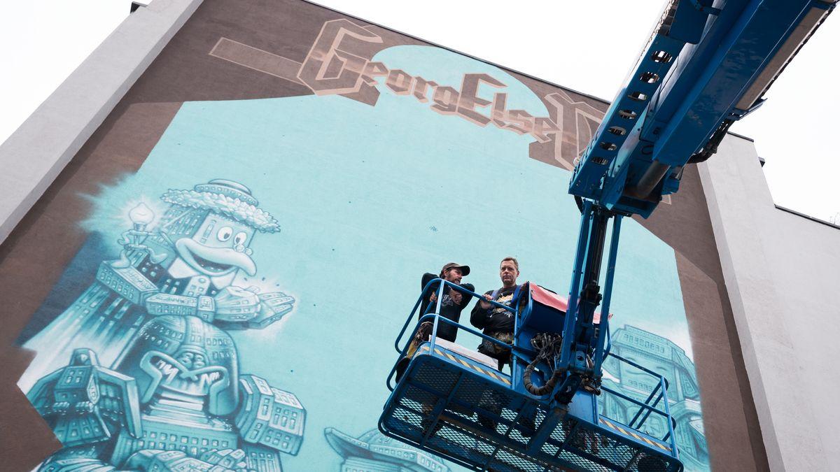 Die Graffiti-Künstler Loomit und WonABC gestalteten 2017 eine Hausfassade in der Nähe des Münchner Hauptbahnhofs.