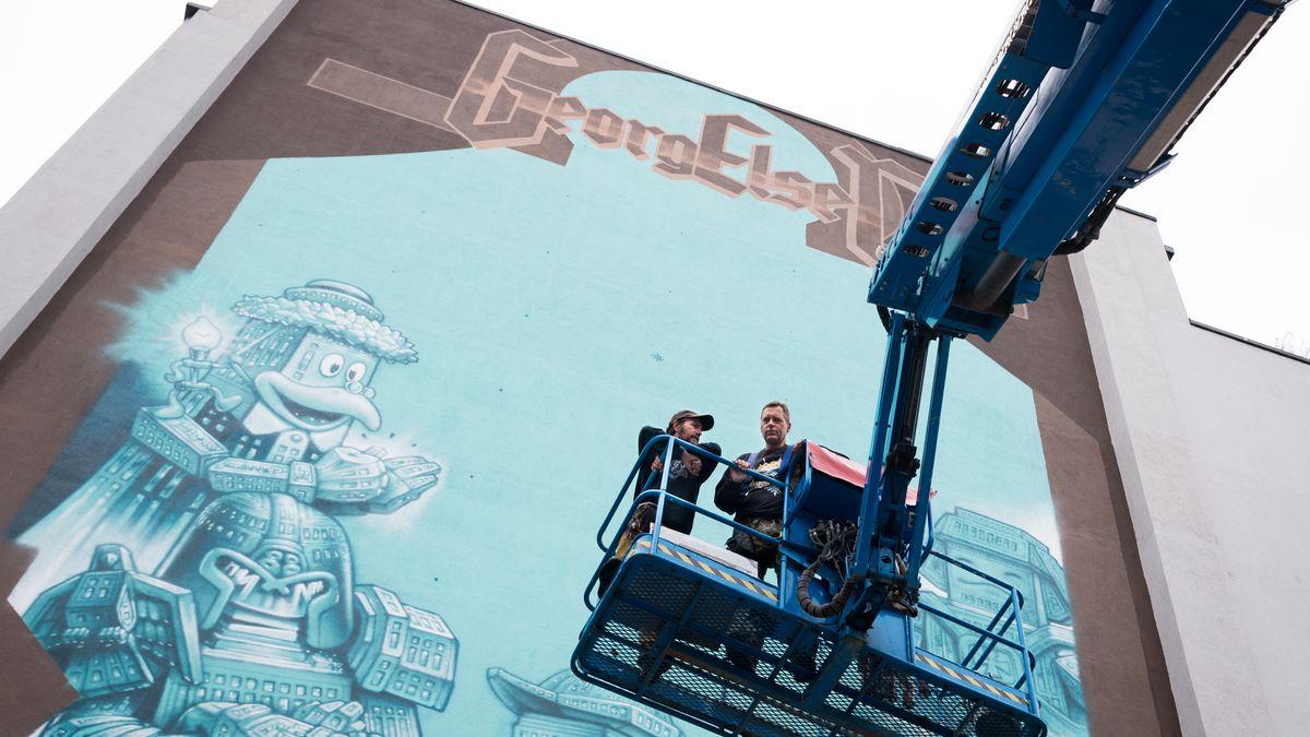 Die Graffiti-Künstler Loomit und WonABC gestalteten 2017 eine Hausfassade in der Nähe des Münchner Hauptbahnhofs zu Ehren Georg Elsers.