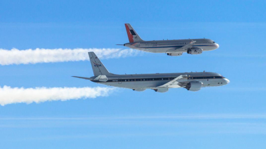 Flugzeuge mit Kondensstreifen