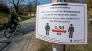 Abstandhalten im Klenzepark in Ingolstadt | Bild:dpa / Armin Weigel