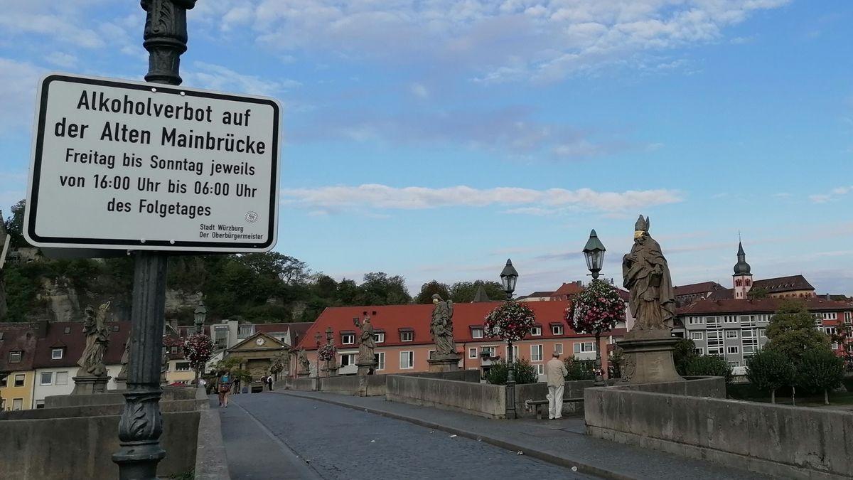 """Hinweisschild """"Alkoholverbot auf der Alten Mainbrücke"""" in Würzburg"""