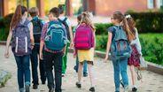 Eine Gruppe Kinder auf dem Weg zur Schule | Bild:BR Bild