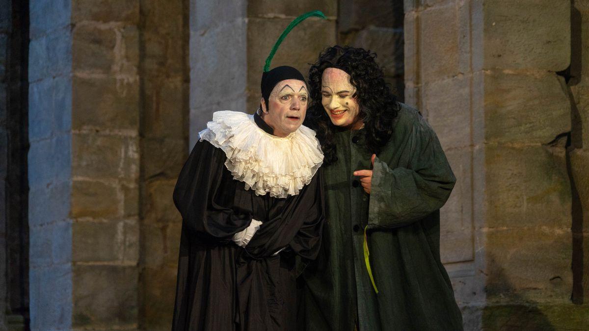 Zwei Schauspieler stehen auf der Bühne.
