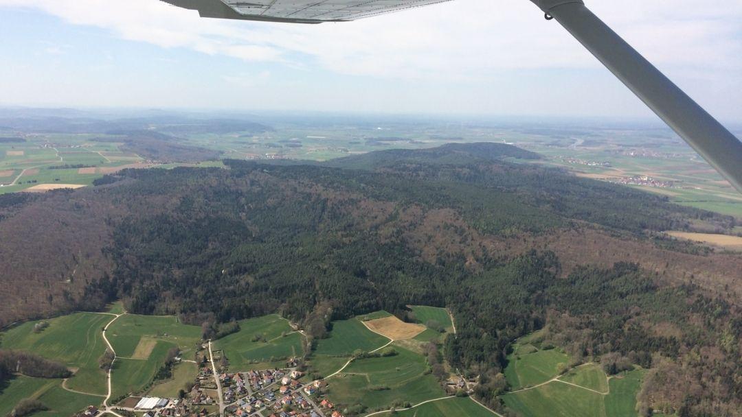 Blick aus einem Luftbeobachter-Flugzeug