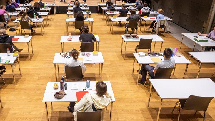 Prüflinge sitzen mit Abstand an ihren Tischen (Symbolbild)