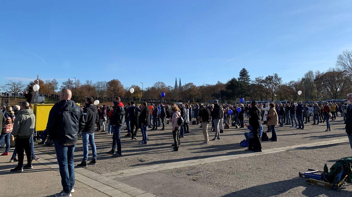 """Gegner der aktuellen Corona-Politik auf der sogenannten  """"Querdenken""""-Demonstration auf dem Dultplatz in Regensburg"""