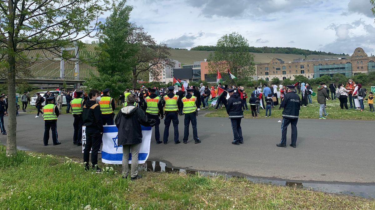 Einsatzkräfte bei einer Pro-Palästina-Demonstration in Würzburg