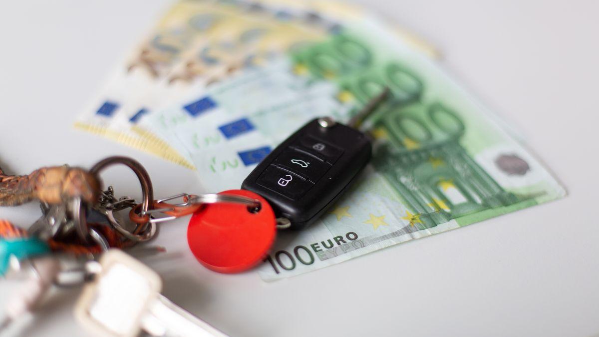 Autoschlüssel auf Geldscheinen