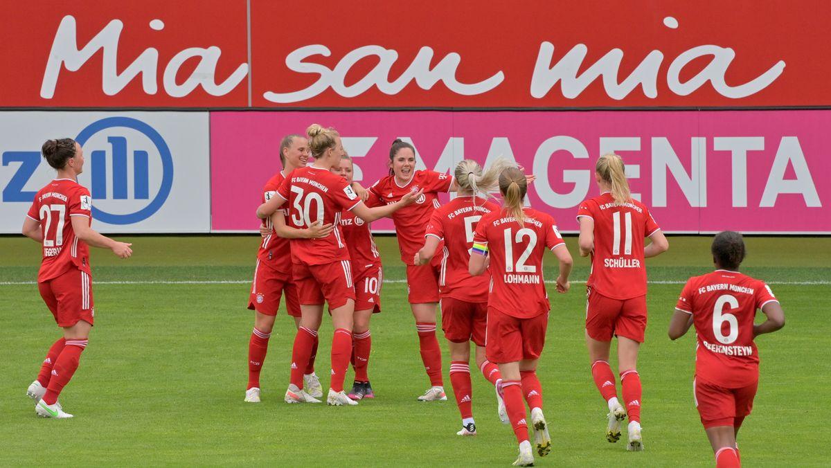 FC-Bayern-Fußballfrauen jubeln nach einem Tor