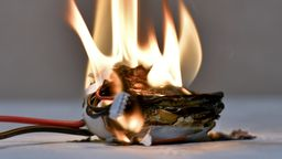 Ein brennender Akku   Bild:pa/dpa/Herbert Neubauer