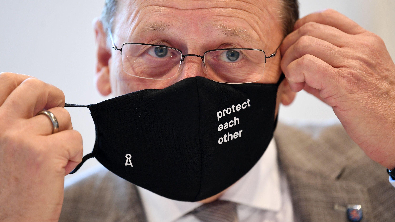 Ramelow nimmt eine Maske ab