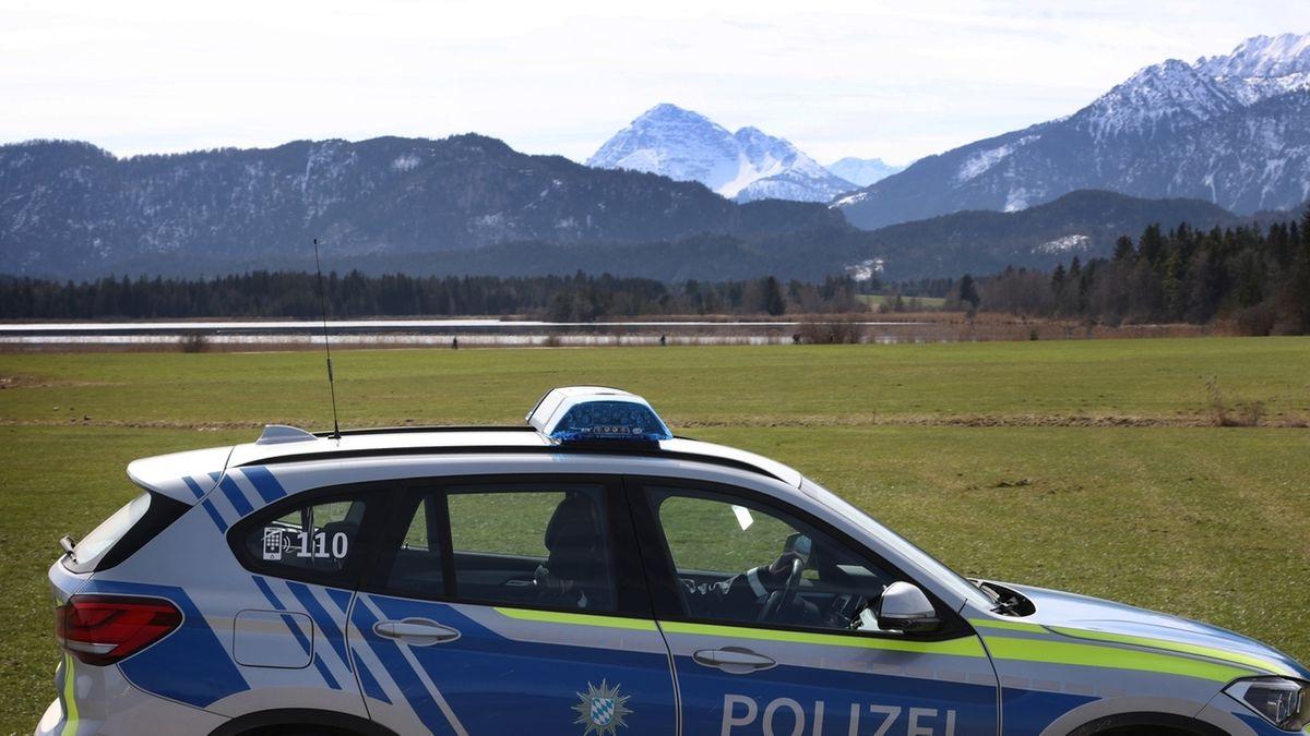 Eine Polizeistreife fährt am Rande eines Landschaftsschutzgebietes am Hopfensee (28.03.2021).