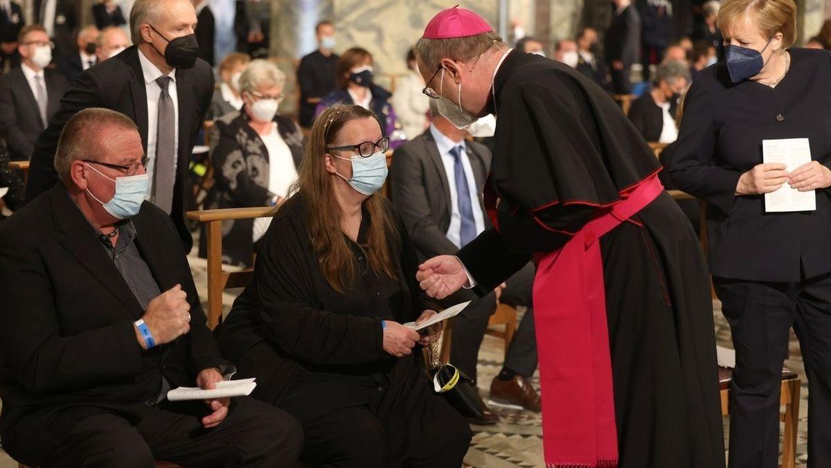Bischof Bätzing spricht nach einem Gottesdienst für die Opfer der Hochwasserkatastrophe im Westen Deutschlands im Dom mit Betroffenen.