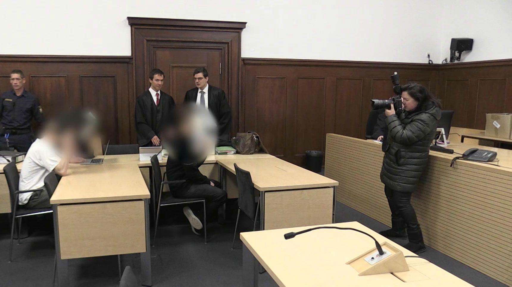 Die Angeklagten sitzen im Verhandlungssaal.