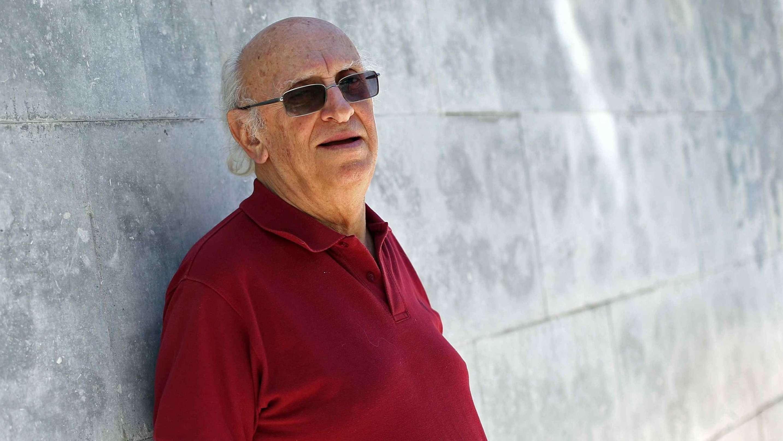 Der Autor Petros Markaris im Portrait vor einer Steinwand