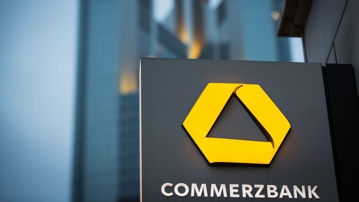Frankfurt/Main: Das Schild einer Commerzbank-Filiale ist nahe der Zentrale der Commerzbank zu sehen.