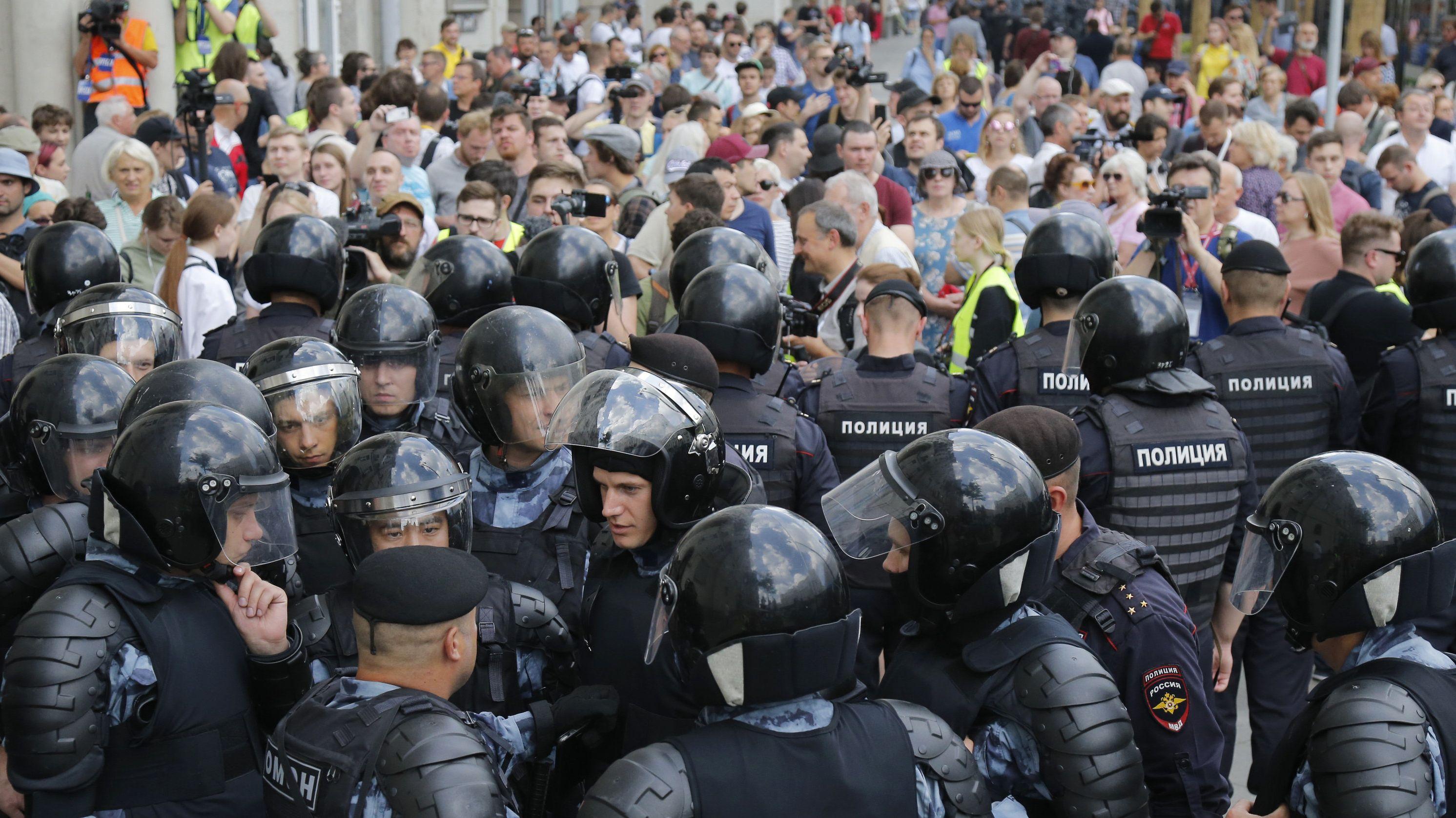 Die Polizei blockiert eine Straße vor einer nicht genehmigten Kundgebung im Zentrum der Stadt.