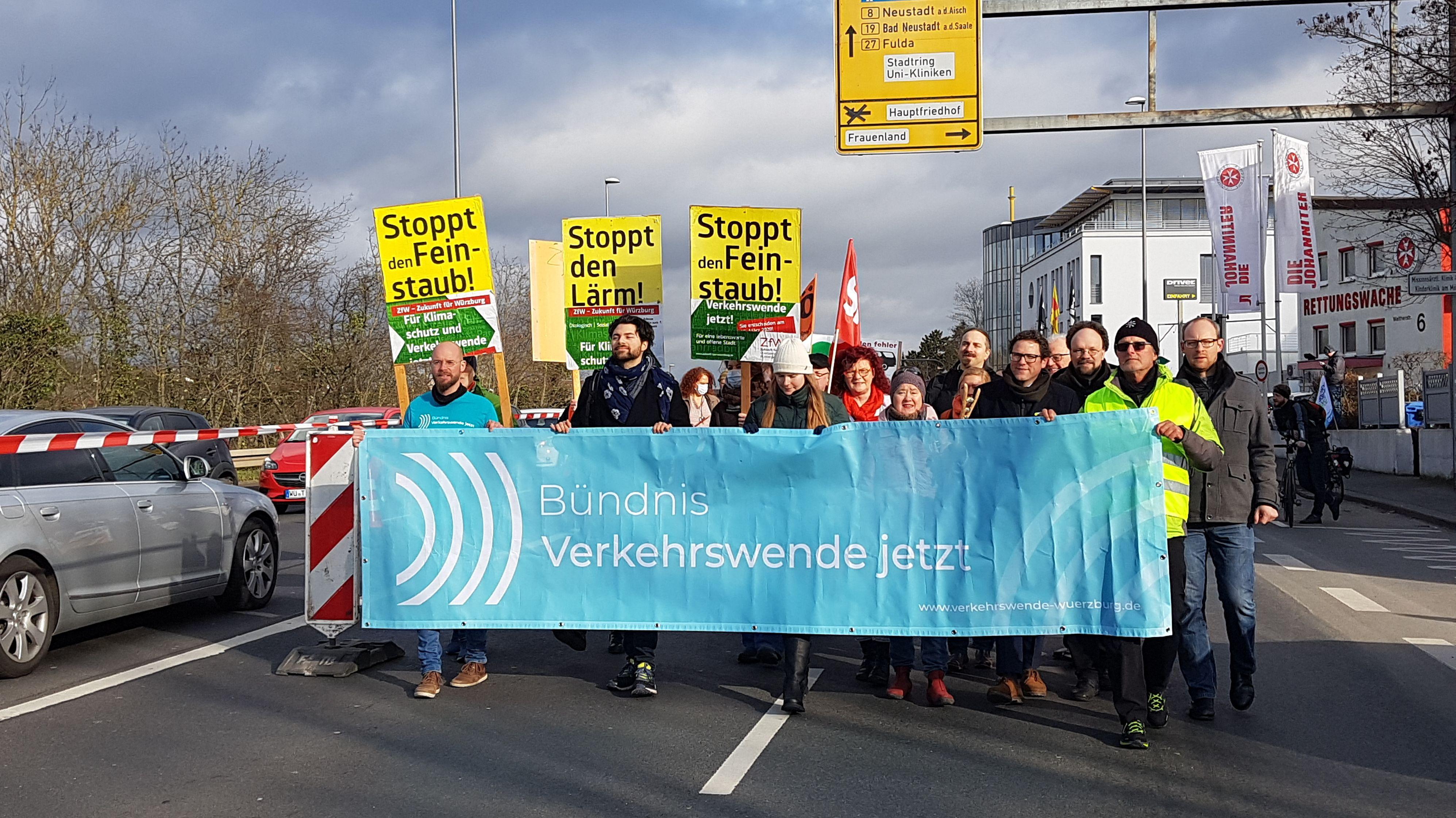 Demonstrationszug auf dem Stadtring Süd gegen Lärm und Feinstaub.