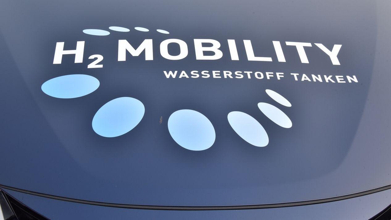 Wasserstoff-betriebenes Fahrzeug mit Aufschrift: H2 Mobility – Wasserstoff tanken