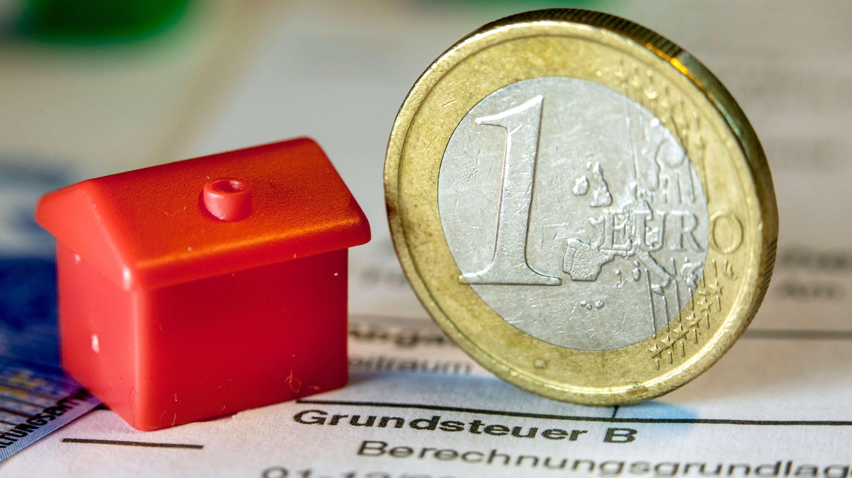 Symbolbild - Haus und Euro stellen Grundsteuer dar