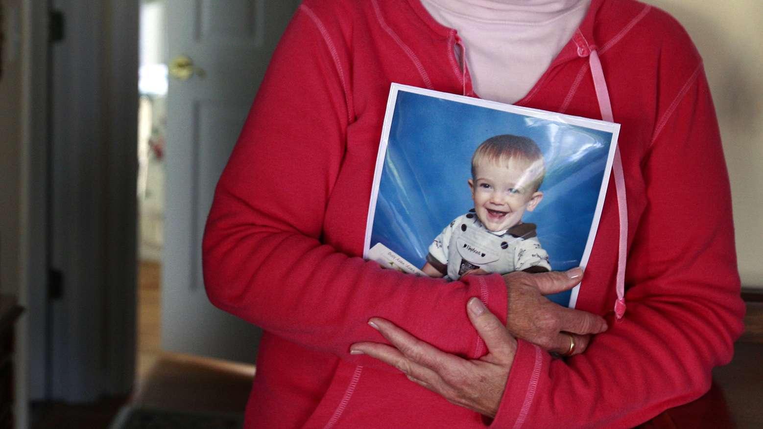 Die Großmutter von Timmothy Pitzen hält ein Foto ihres Enkels.