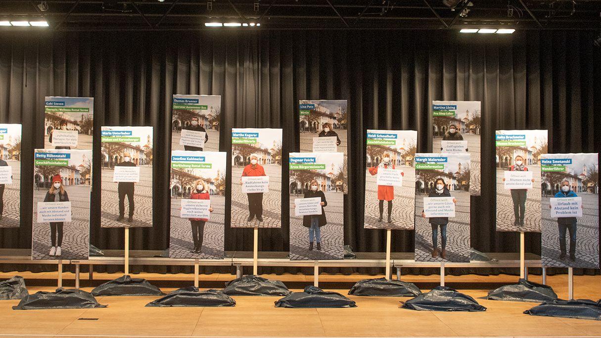 Plakate mit den Bildern on Beschäftigten aus den Kurbetrieben in Bad Birnbach.