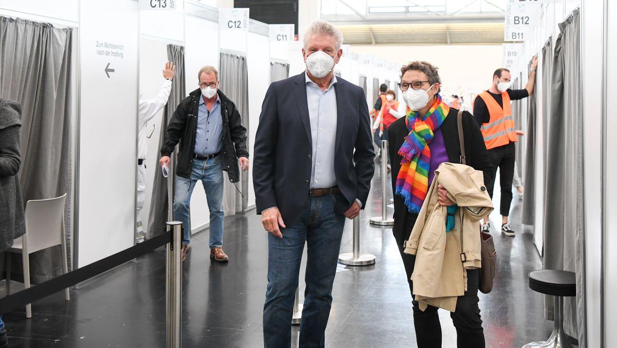 Der Münchner Oberbürgermeister Dieter Reiter mit seiner Gesundheitsreferentin Beatrix Zurek in der Impfstraße im Impfzentrum München-Riem.