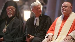 Bischof Augoustinos Lambardakis (l-r), Landesbischof  Heinrich Bedford-Strohm und Kardinal Reinhard Marx im Jahr 2015. | Bild:dpa / Fredrik Von Erichsen