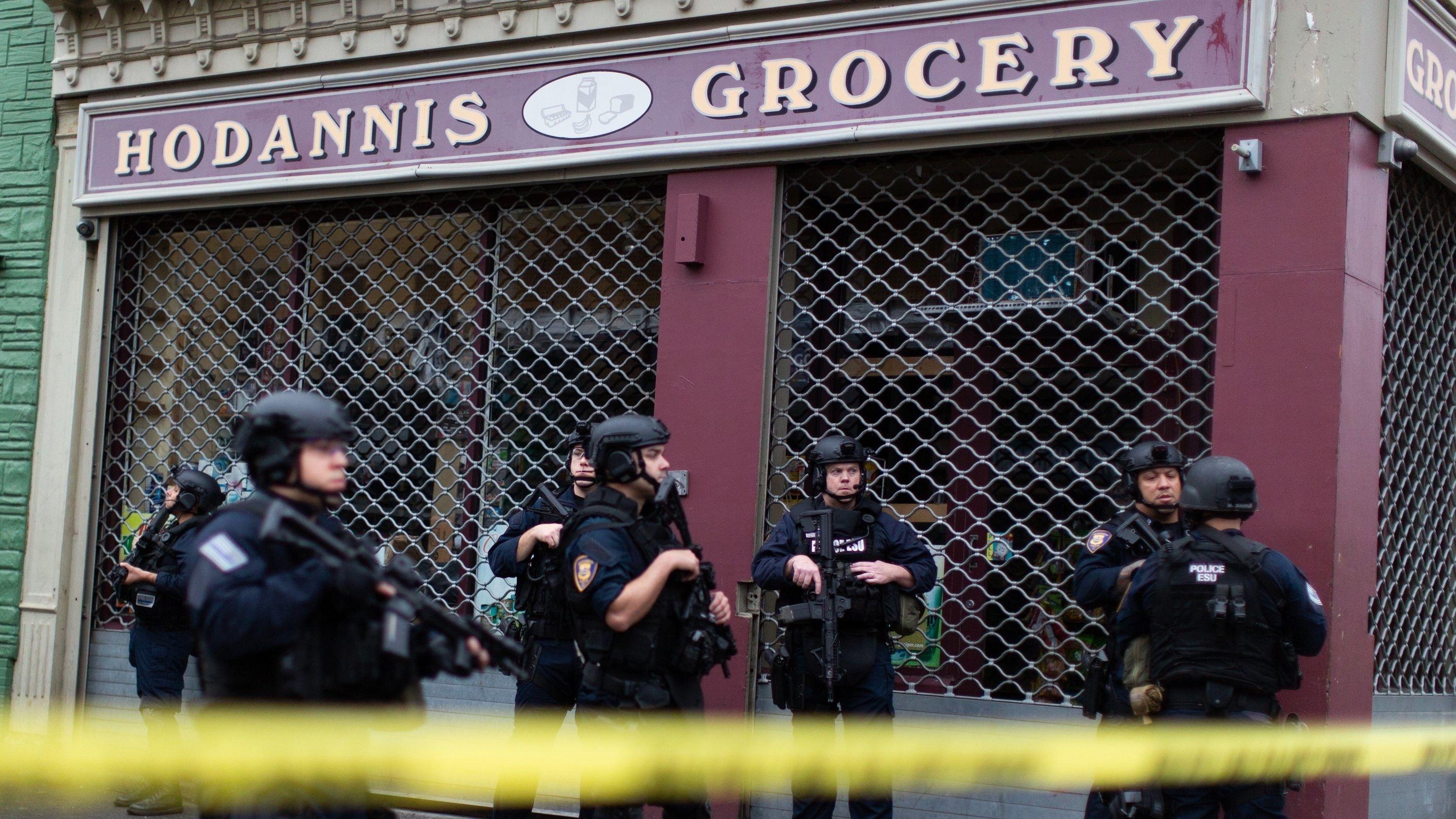 Polizeibeamte stehen in der Nähe des Tatorts in Jersey City